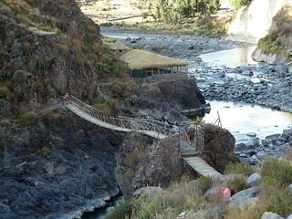 Chivay - Puente colgante hacia aguas termales