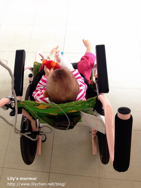 你在醫院那幾天,媽媽常常用這台小輪椅推著你晃來晃去,讓你分心不會注意到身體的不舒服。  最後媽媽想說的是
