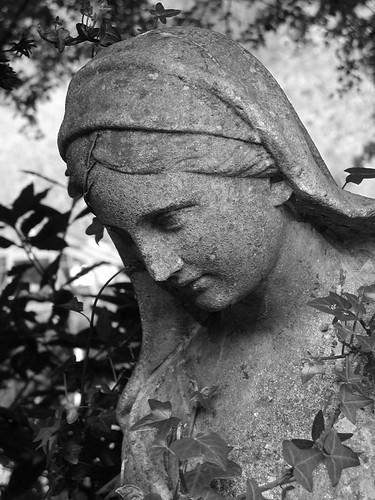2004042503_statue-bw-w
