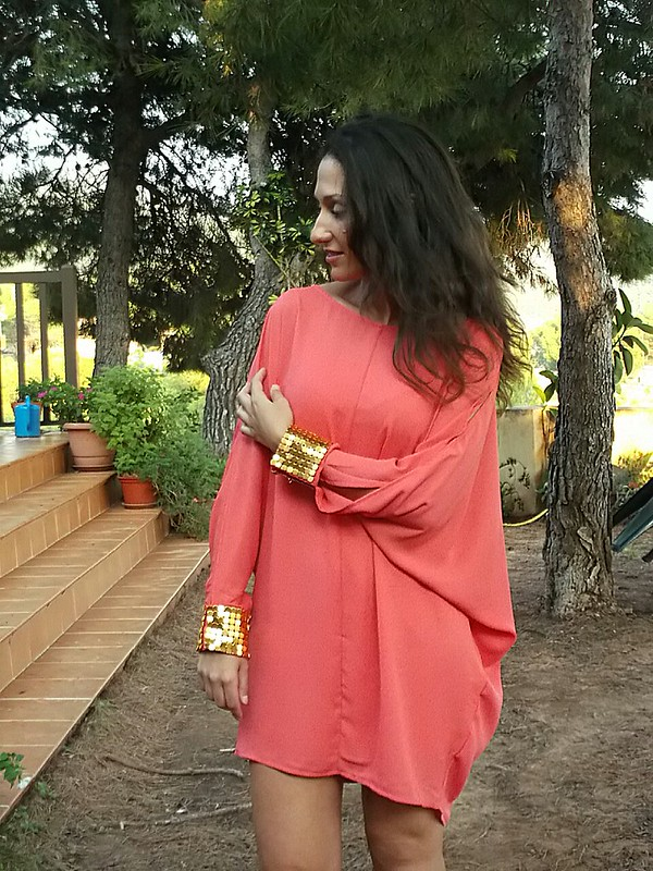 Vestido, túnica, mangas  largas con aberturas, coral, dorados, puños, sandalias, clutch, dress, tunic, long sleeves with slits, golden details, sandals, clutch