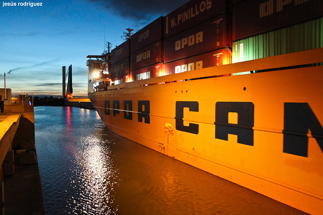 El carguero OPDR Canarias sale del Puerto de Sevilla a través de la esclusa