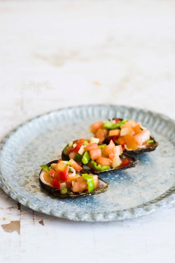 mejillones en vinagreta con pimiento cebolla y tomate