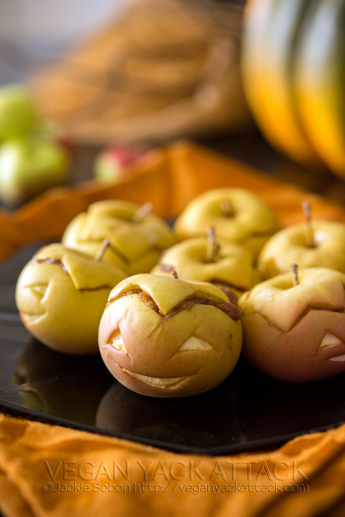 Cute and tasty Peanut Butter Apple-Lanterns appetizers that come together quickly and are perfect for Halloween and Kid snacks!