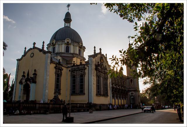 Por detrás, la catedral