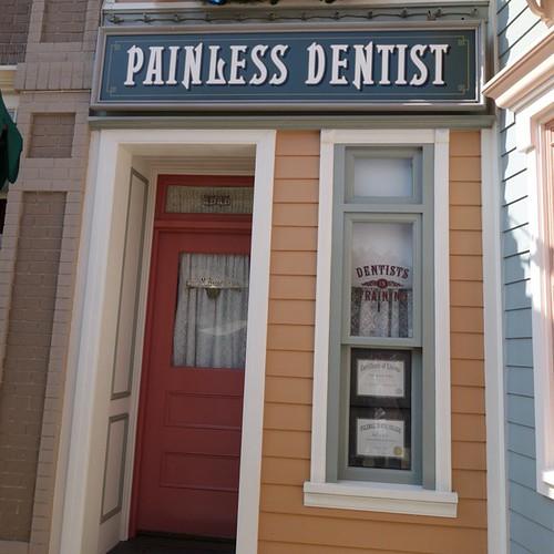 治療の悲鳴が響き渡る歯医者さん。凝ってる。