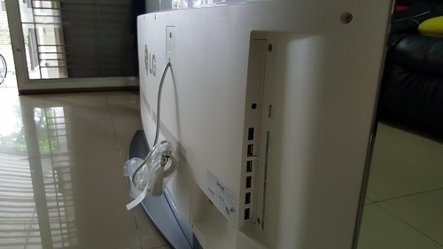 พอร์ตต่างๆ ของ LG OLED TV 65EG960T อยู่ด้านข้าง เข้าถึงง่าย