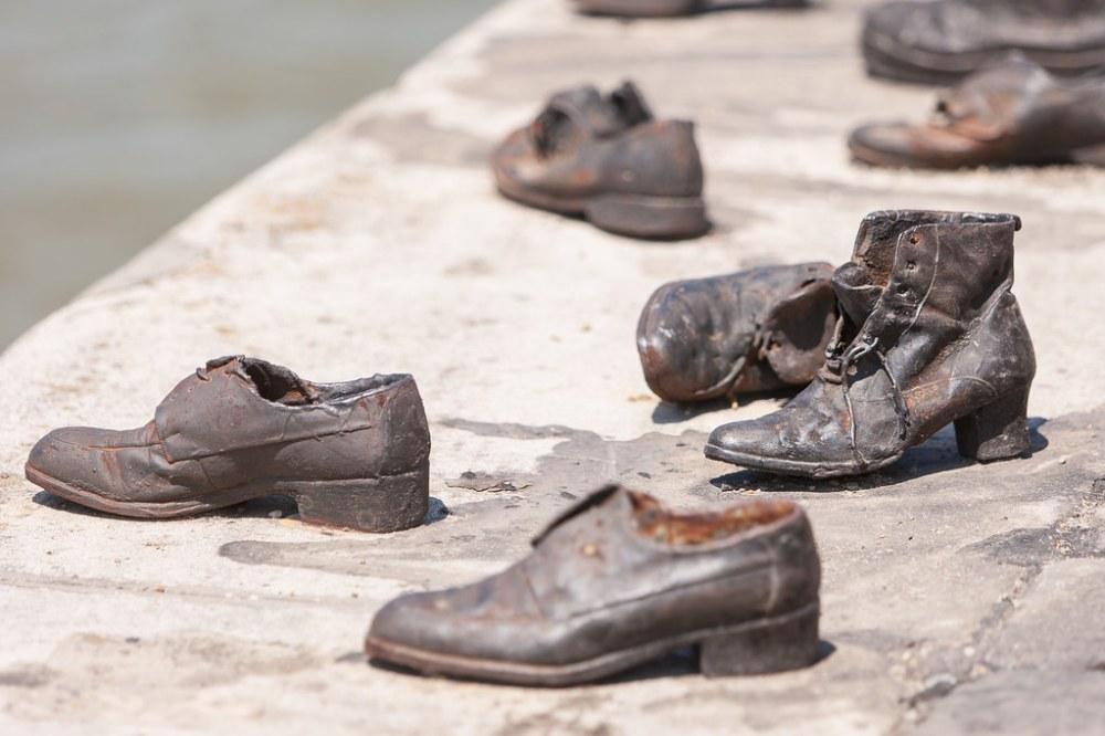 Zapatos en el Danubio-5