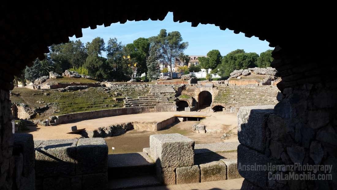 El anfiteatro romano de Mérida visto desde una de las entradas a la gradas.