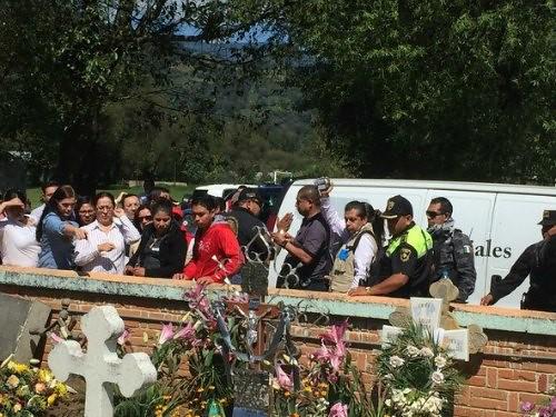 Exhuman los restos del normalista Julio César Mondragón