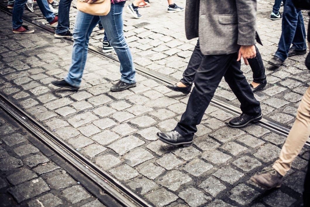 Imagen gratis de gente cruzando una vía