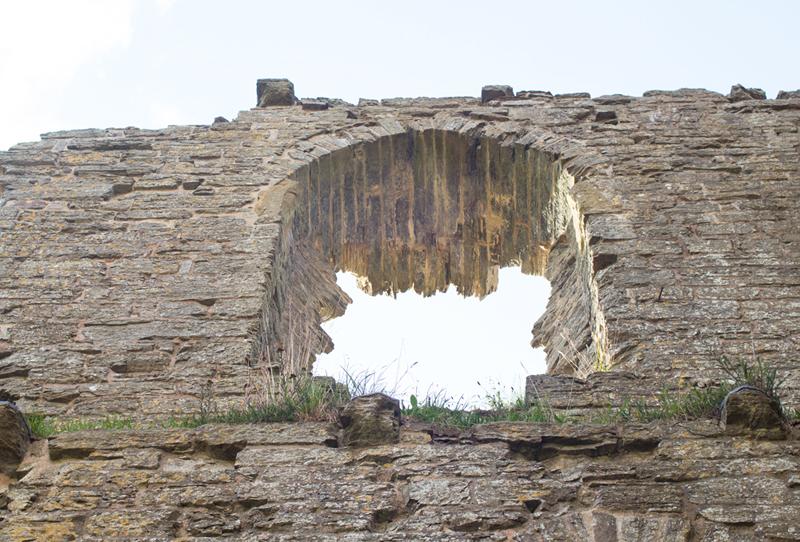 5 clun castle window ledges