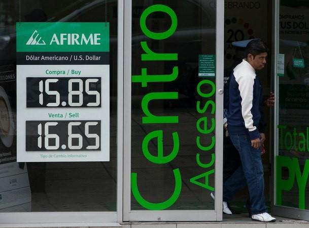 Dólar promedia en $ 16.99 a la venta en el aeropuerto capitalino