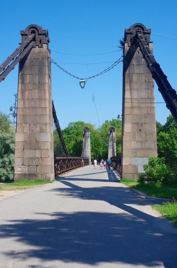Цепной мост через реку Великая, город Остров, Россия
