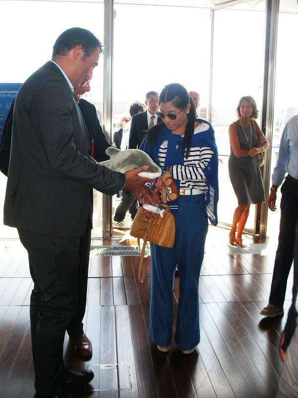 21.05.2015 visita principessa Thailandia Acquario di Genova consegna omaggio