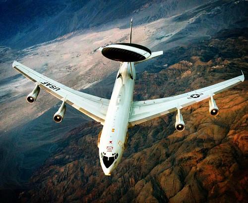 Boeing E-3 Sentry  Alerta temprana.  El Boeing E-3 Sentry es un sistema de alerta y control aerotransportado desarrollado en Estados Unidos por Boeing como contratista principal.  Velocidad máxima: 853 km/h  Longitud: 47 m  Envergadura: 44 m  Introducción