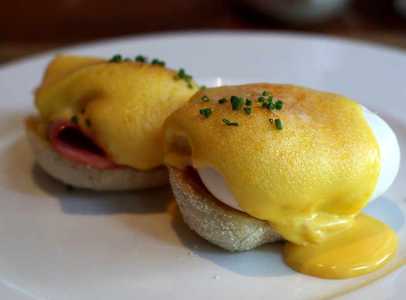 eggs benedict at the knolls - capella singapore