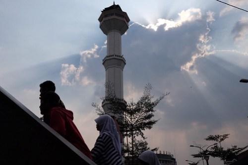 The tower of Masjid Agung Bandung, @ alun-alun kota Bandung #arsitekturbandung #bandungarchitecture #captureonstreet #streetphotography #jalanjalanbandung #terfujilah #fujifilm #xf23mm