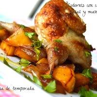 Codornices con cebolla, pasas y manzana (Receta ligera)