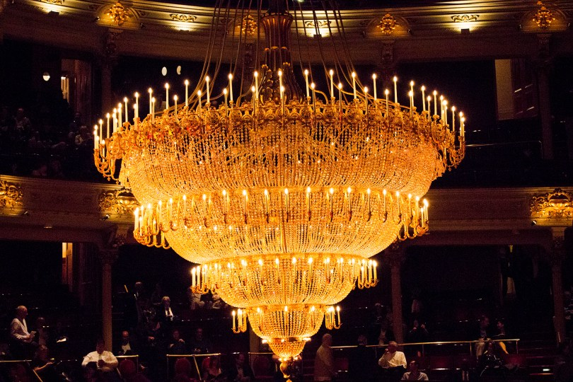 philadelphia-opera-academy-music-moving-chandelier