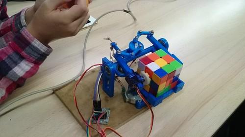 23315713682_eb296a37df Robik, un robot impreso en 3D que hace el cubo de Rubik