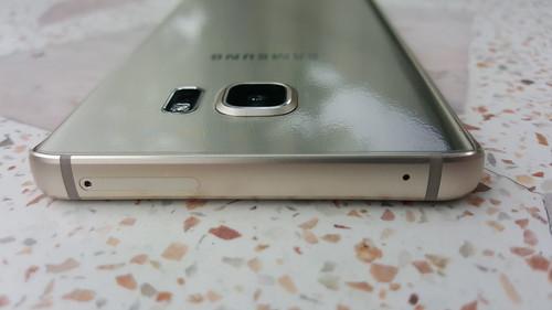 Samsung Galaxy Note 5 ด้านบน