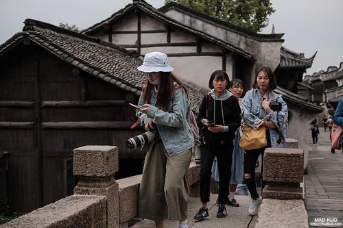 四位妹子手上都抱著5D3等級的機子+大炮。