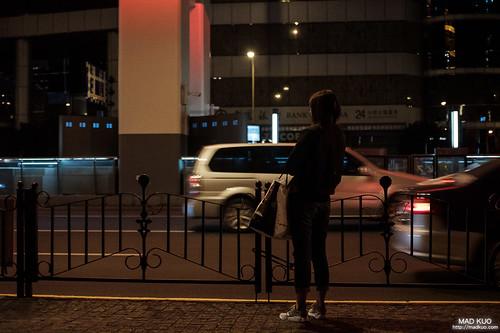 十一點多的夜裡,有個孤單的身影。