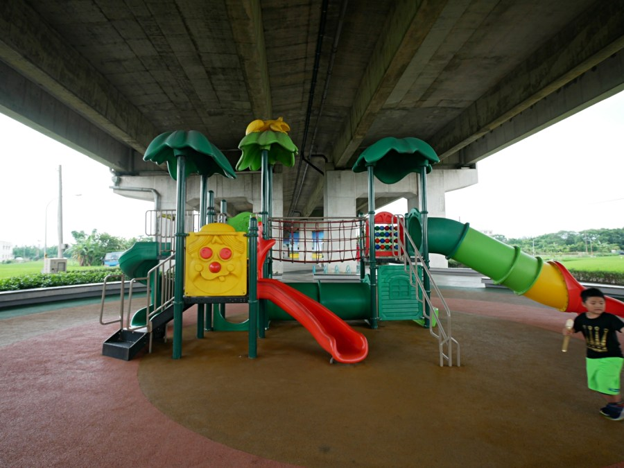 [八德旅遊]國道2橋下遊戲區.免費景點|雨天備案~人工草皮山丘溜滑梯、極限攀網、親子鞦韆、探險山洞|籃球場、羽球場、滑輪運動休閒廣場通通有 @VIVIYU小世界
