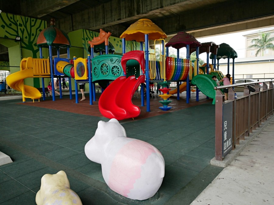 [八德旅遊]國道2橋下遊戲區.免費景點 雨天備案~人工草皮山丘溜滑梯、極限攀網、親子鞦韆、探險山洞 籃球場、羽球場、滑輪運動休閒廣場通通有 @VIVIYU小世界
