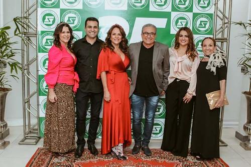 Em família, Renata Sena e Emir Sena ladeiam  os anfitriões