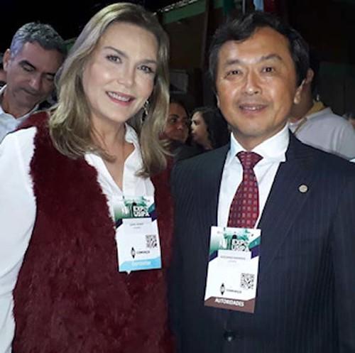 A coordenadora de Comunicação e Relações Institucionais e do Instituto Cenibra, Leida Horst, com o presidente da empresa, Sr. Kamada