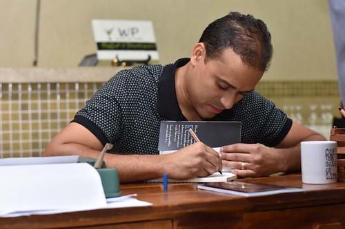 Rudson Vieira dedicando seus livros aos amigos que foramao lançamento