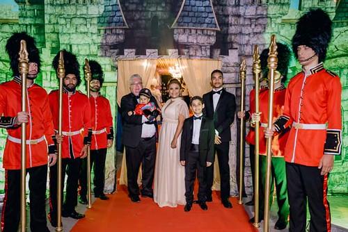A família postada na entreda principal dos salões da festa