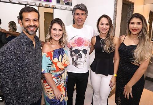 Do marketing do SVA, Rafael Martinez, Giovana Martins e equipe, com o cantor Leoni