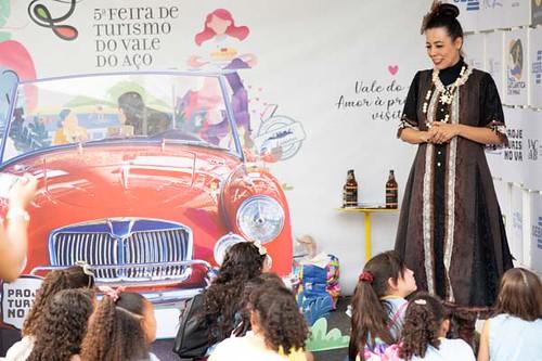 5ª Feira de Turismo (prévias)- a atriz Daniela Alves, do Dama Espaço Cultural, conduziu as visitas guiadas com estudantes