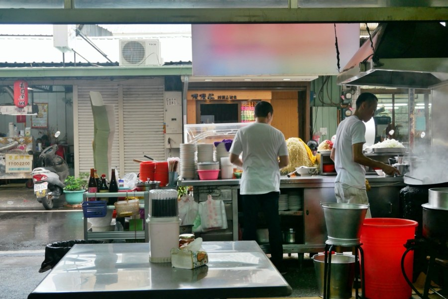 [嘉義美食]羅山生炒鱔魚麵|嘉義文化路夜市旁~使用炭火大鍋炒的古早味.乾炒香氣足 @VIVIYU小世界