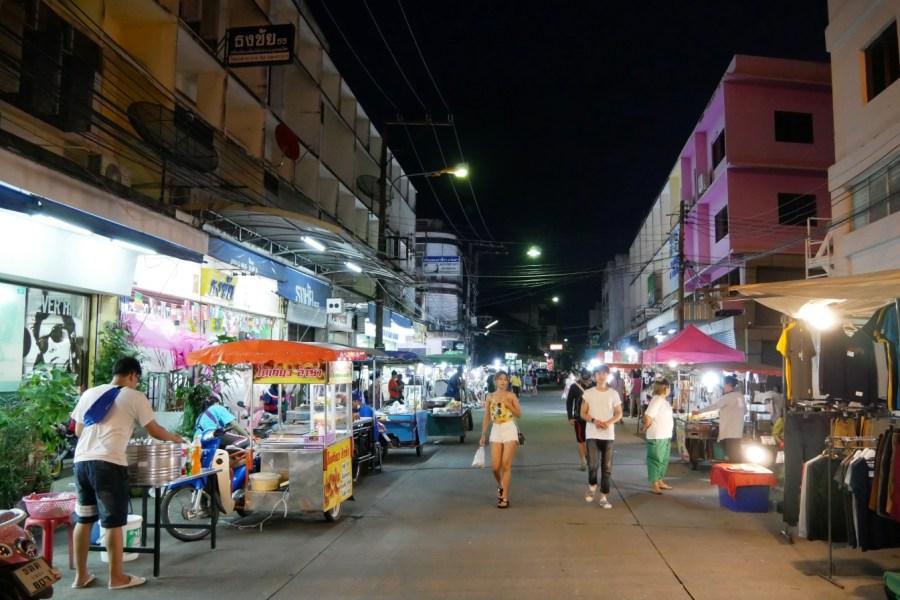 [羅勇景點]羅勇夜市ตลาดนัดไฟไหม้|限定每週六營業當地人愛逛的夜市~銅板價吃飽飽.生活用品優惠價 @VIVIYU小世界