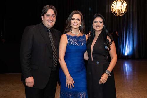 Américo Ferreira e Érioca ladeiam Carla Vilhena