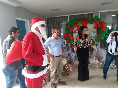 Mara e Altair Vilar apresentaram o Papai Noel para as crianças