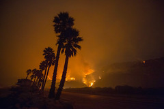 Thomas Fire burning near Highway 101, spreading towards houses by the ocean near Highway 1 on December 6, 2017 in Ventura, California, United States. (Photo by Yichuan Cao/Sipa USA)