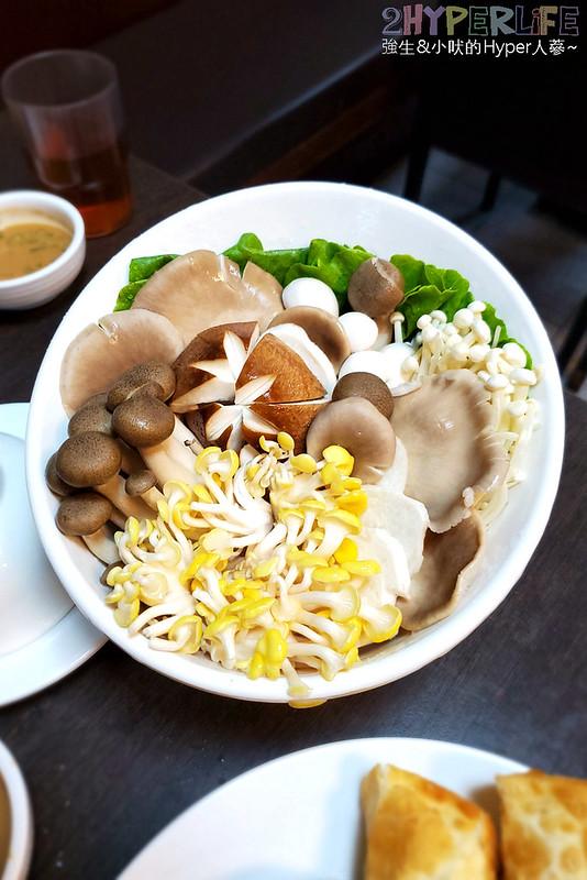 49394676842 f14e745ef8 c - 從高雄開上台中的酸菜白肉鍋,湯頭酸度夠味~劉家酸白菜火鍋食尚玩家也介紹過喔!