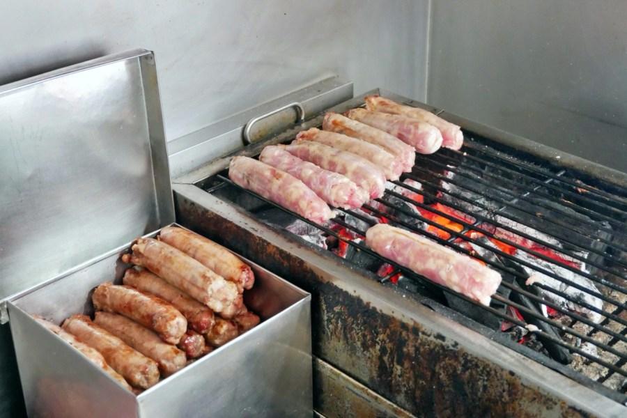 [新竹美食]鷹王肉圓 新竹空軍基地旁的隱藏版小吃~紅糟肉圓二顆40元銅板價.必搭碳烤香腸 @VIVIYU小世界