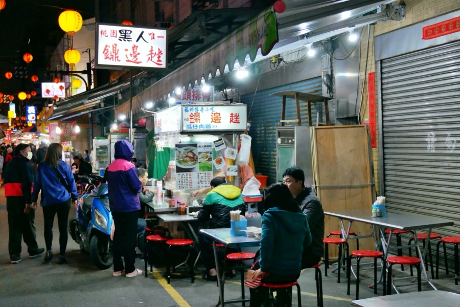 [桃園美食]黑人鼎邊趖|銅板美食~桃園觀光夜市北埔路米食小吃.可免費續高湯 @VIVIYU小世界