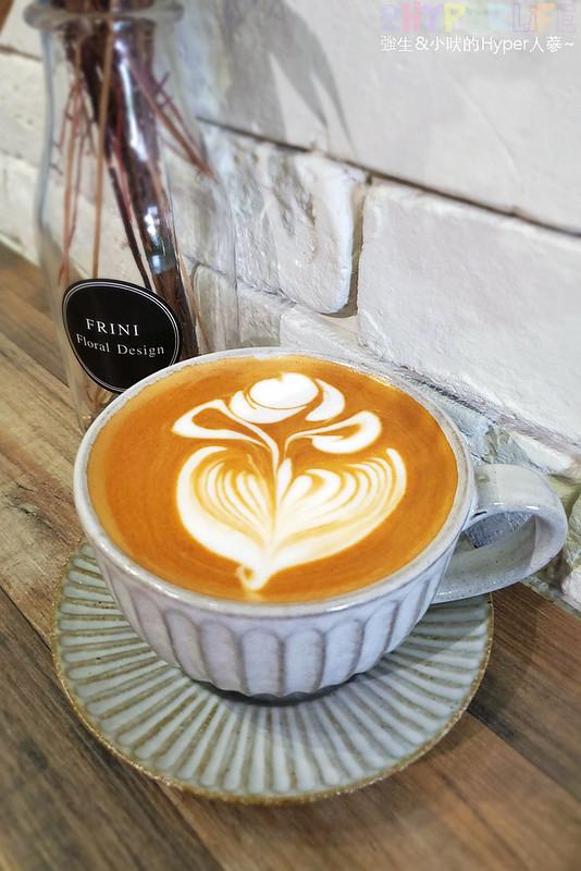 49859123981 286f048f95 c - 是咖啡館也是攝影棚的Frini Café,裡頭還有美美花藝空間,用餐不限時呦~