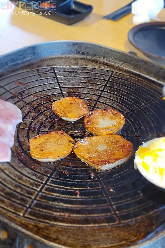 49881631523 fb17f5a7c9 c - 有專人代烤的韓式燒肉,烤得恰恰的極厚三層肉搭配芝麻葉生菜包肉好對味~