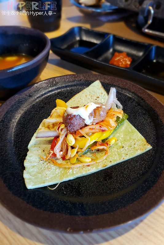 49882158601 9c461cfa21 c - 有專人代烤的韓式燒肉,烤得恰恰的極厚三層肉搭配芝麻葉生菜包肉好對味~