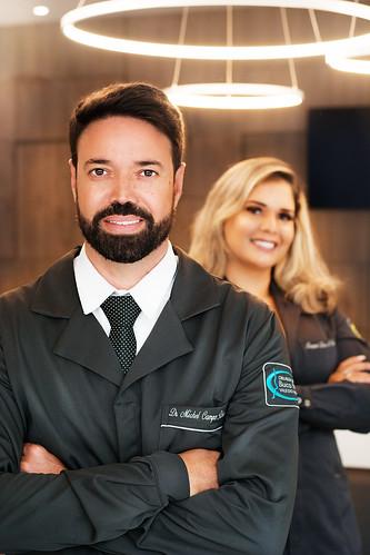 Dr. Michel e Raquel Dias, que o auxilia na clínica
