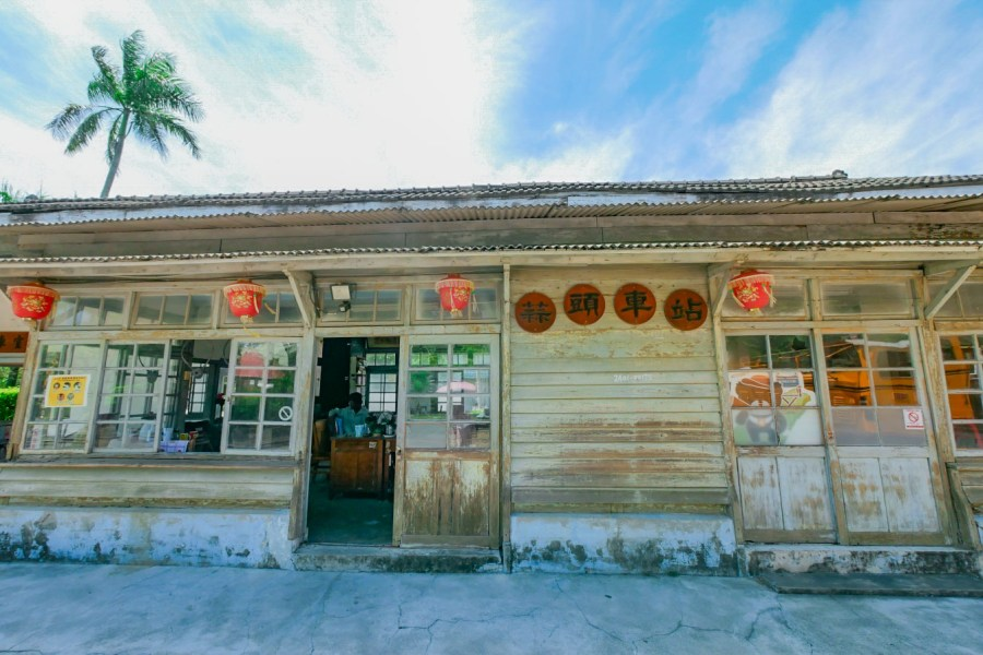 [嘉義旅遊]蒜頭糖廠蔗埕文化園區|六腳鄉景點~百年火車站與日式鳥居.搭乘五分車遊甘蔗田 @VIVIYU小世界