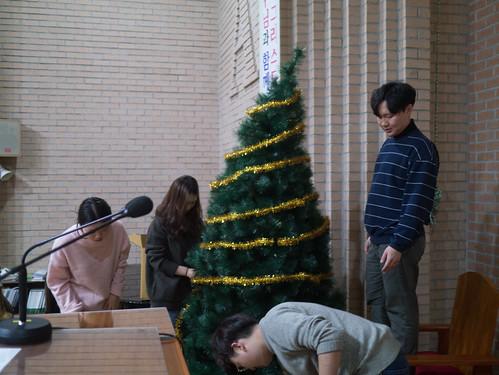 Decorating Christmas Tree_MDY_191124_1