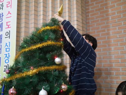 Decorating Christmas Tree_MDY_191124_7